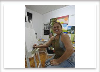 Hortência Nunes se feliz com sua pintura