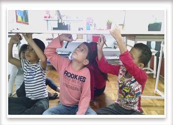 Crianças pintando no teto
