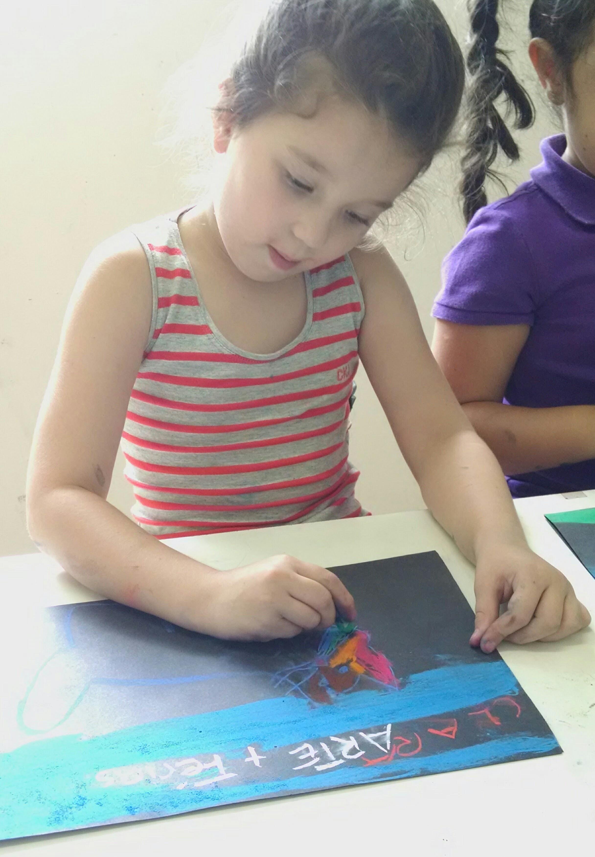 crianças fazendo arte nas férias